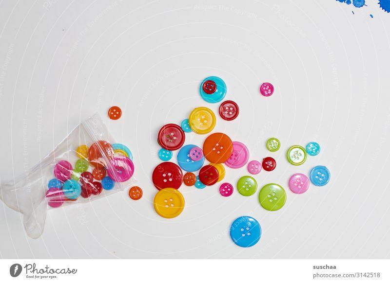knöpfe mit farbklecks oben rechts Farbe klein Textfreiraum Bekleidung rund viele Fleck Basteln Verschiedenheit Knöpfe Nähen Farbfleck Knopfloch