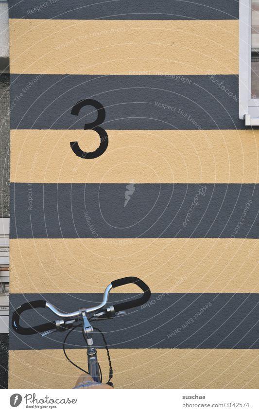 3 mit fahrradlenker Ziffern & Zahlen Anzahl & Menge Hausnummer Adresse Wand Wohnhaus Stadthaus Fenster Fassade Anstrich gestreift Fahrrad Fahrradlenker
