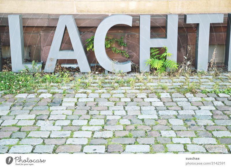 buchstaben auf kopfsteinpflasterstraße Kopfsteinpflaster Pflastersteine Straße Bürgersteig Stein Wege & Pfade Menschenleer Verkehrswege grau Straßenbelag Stadt