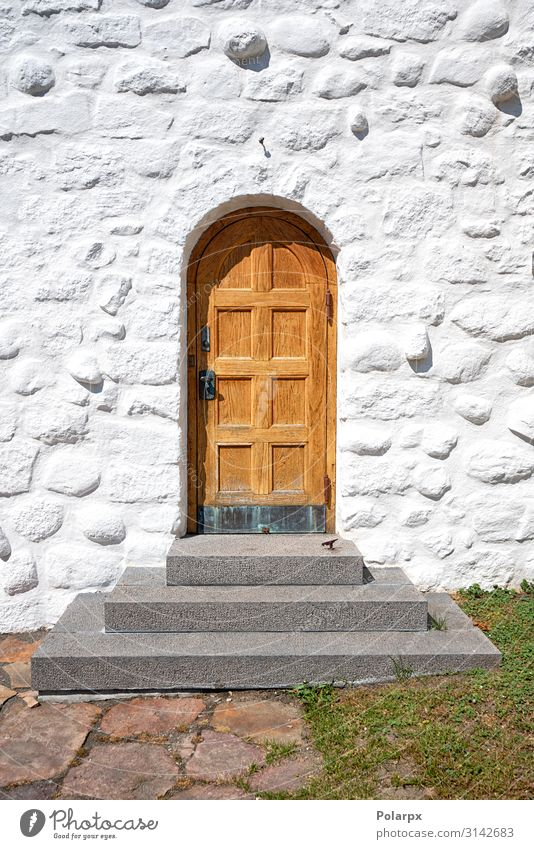 Holztür mit einer Treppe an einem alten Gebäude Ferien & Urlaub & Reisen Haus Kirche Architektur Fassade Straße Stein hell braun weiß Geborgenheit Ordnung