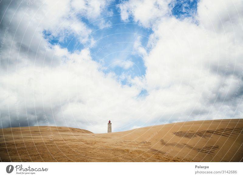 Leuchtturm, der sich an einem Dünenstrand erhebt. schön Ferien & Urlaub & Reisen Strand Meer Haus Umwelt Natur Landschaft Sand Himmel Wolken Küste Gebäude