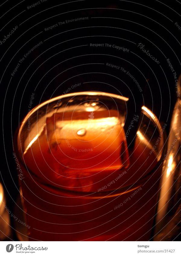 campari orange Getränk Longdrink Kerzenschein Licht Cocktail Eiswürfel rot Nacht Nachtclub Club Bar dunkel Alkohol Glas Halm Lampe