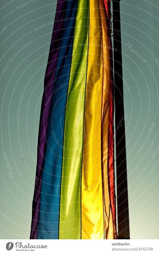 Bunte Fahne mehrfarbig Farbe Farbbrillianz Farbwert Farbstoff Farbenspiel Farbverlauf Regenbogen regenbogenfarben Regenbogenflagge Regenbogentuch Homosexualität