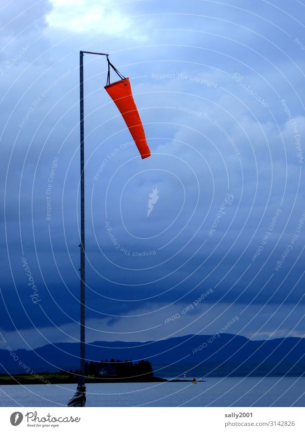 Wind und Wetter... Windfahne Windsack Windsocke rot Meer Windmesser Windanzeiger schlechtes Wetter Wolken Gewitter Gewitterwolken bedrohlich Unwetter Klima