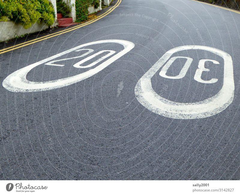 jetzt aber schnell | mit Höchstgeschwindigkeit... Straße Geschwindigkeitsbeschränkung Hinweis Gebot Asphalt langsam Verkehrsschild Kurve England Großbritannien