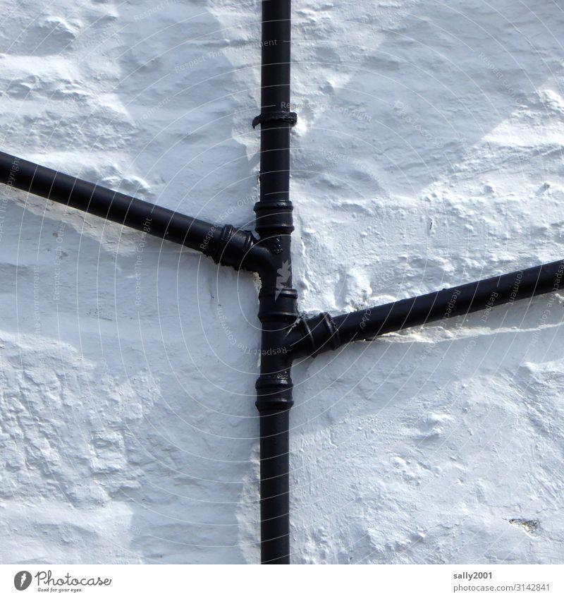 Abflussrohre schwarz auf weiß... Rohr Verbindung Regenabflussrohr Fassade zentral mittig Hauswand Mauer grob Steinwand Regenrohr Fallrohr Röhren Wand Kontrast