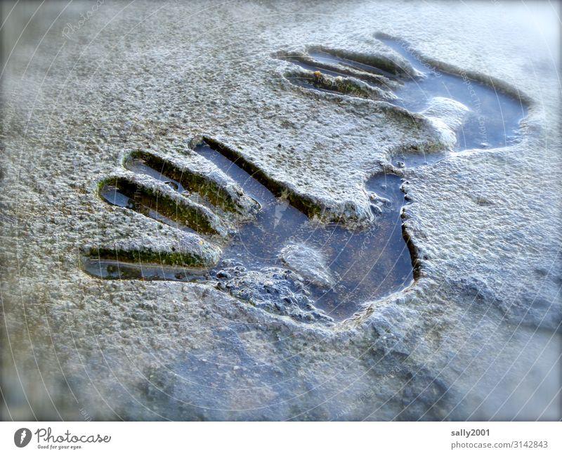 Druckerzeugnis | tiefer Eindruck... Hand Hände give me five Abdruck Stein Fels Wasser nass negativ plastisch Kinderhand Finger Fingerabdruck Handabdruck Form