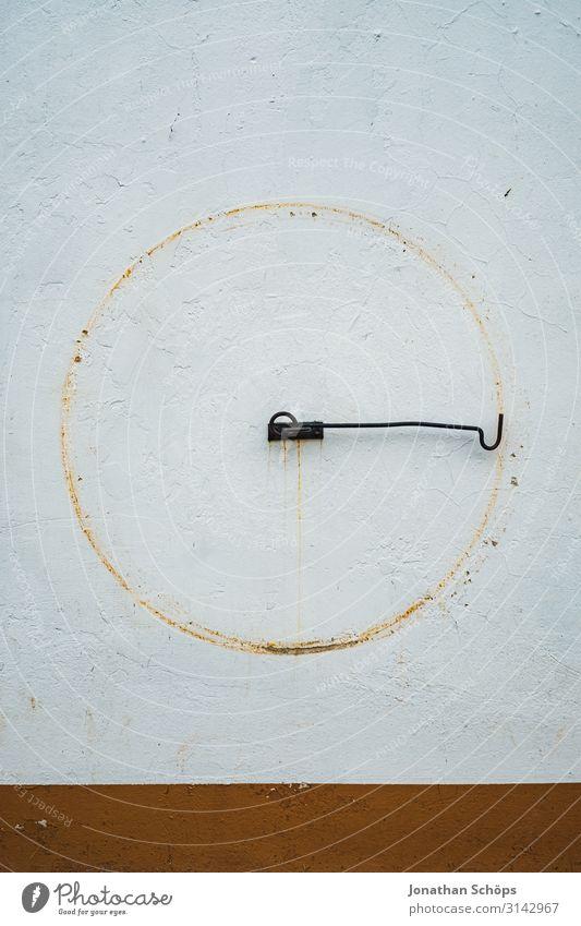 Haken an Wand mit Kreis Abdruck Außenaufnahme Jahreszeit Outdoor herbst natur kreisen kreisend drehen Muster Wandmalereien Form rund abdrucke Putz abstrakt