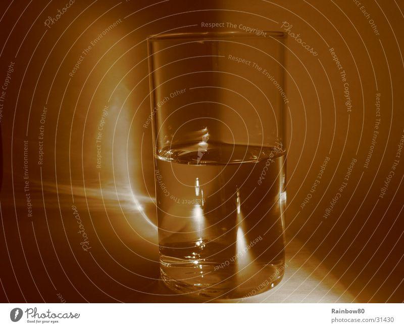 Wasserglas 1 Reflexion & Spiegelung Häusliches Leben Glas Sepia Lichterscheinung