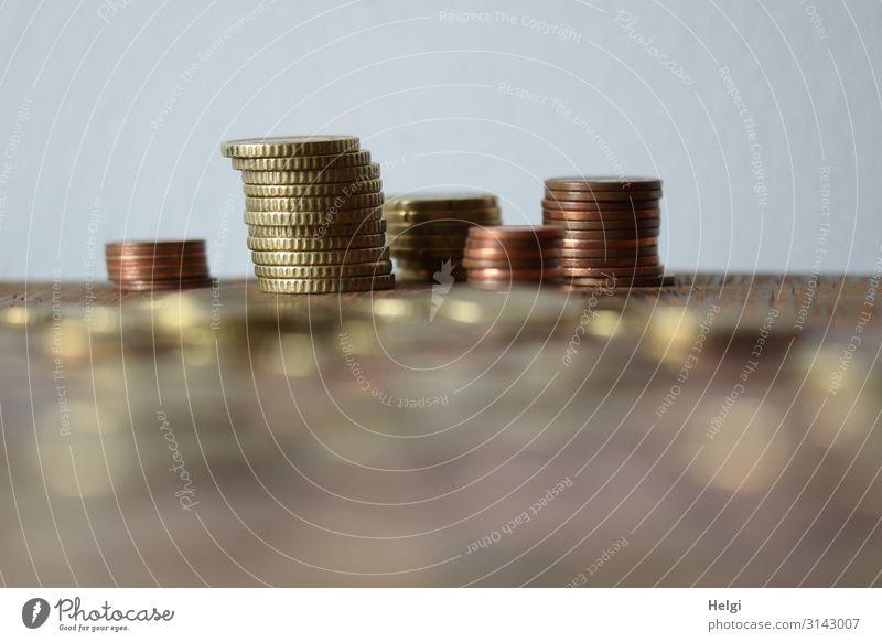 Kleingeld liegt gestapelt auf einem Tisch Geldmünzen Metall liegen außergewöhnlich braun gold grau einzigartig Ordnung sparsam Stapel sparen Sammlung Farbfoto