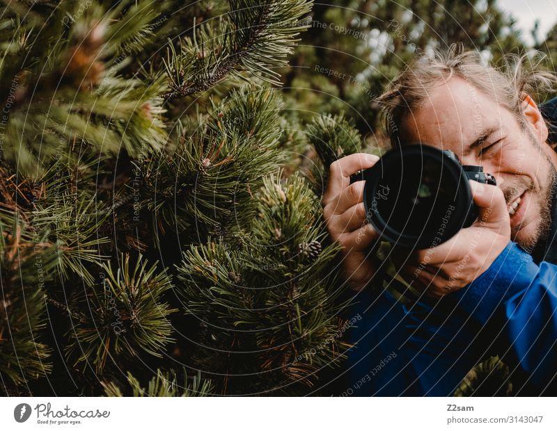 Der Herr Fotograf Freizeit & Hobby wandern Fotokamera Technik & Technologie Junger Mann Jugendliche 30-45 Jahre Erwachsene Natur Landschaft Sträucher Nadelbaum