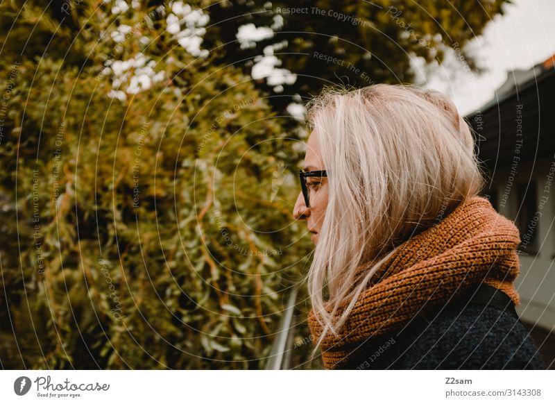 Herbst arrangement Lifestyle Stil Sightseeing wandern Junge Frau Jugendliche 18-30 Jahre Erwachsene Natur Schönes Wetter Sträucher Mantel Brille Schal blond