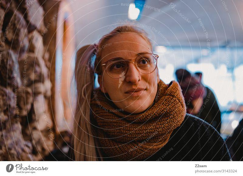 l. Lifestyle elegant Stil Sightseeing Junge Frau Jugendliche 18-30 Jahre Erwachsene Stadt Mantel Schal blond Erholung Lächeln Liebe Freundlichkeit Fröhlichkeit