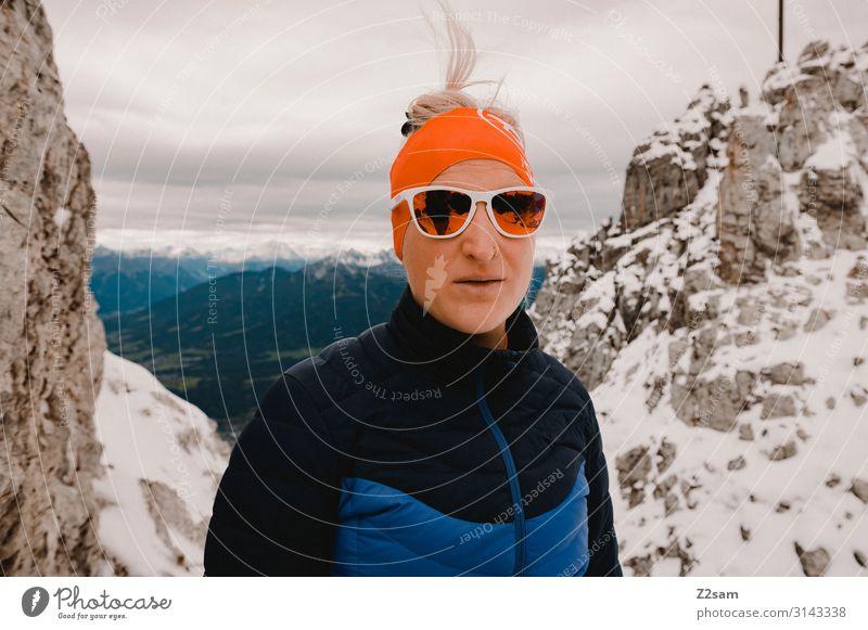 Gipfelstürmerin Freizeit & Hobby Abenteuer Expedition Berge u. Gebirge wandern Junge Frau Jugendliche 18-30 Jahre Erwachsene Natur Landschaft Winter Alpen