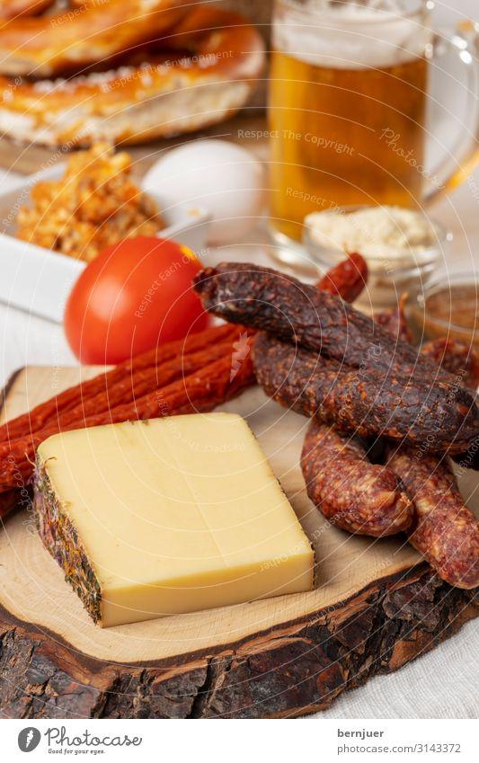 Brotzeit Fleisch Wurstwaren Bier Oktoberfest Grill Holz lecker braun Essen aufsicht Bierkrug Deutschland Brezel Aufstrich Glas Senf Ei Meerrettich Brett