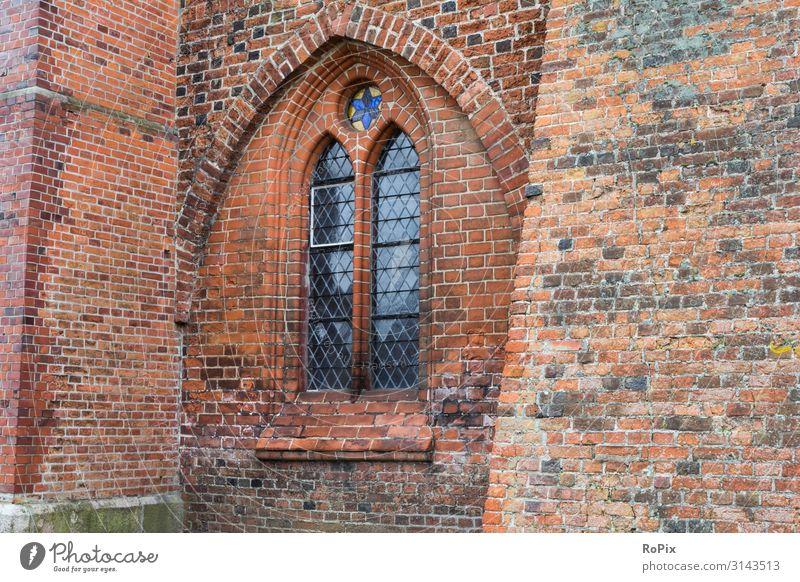 Fenster einer historischen Kirche. Dom Ratzeburg Friedhof Backstein Backsteingotik Kloster Architektur Kultur Klosterkirche Gebäude Glaube sakral Sakralbau