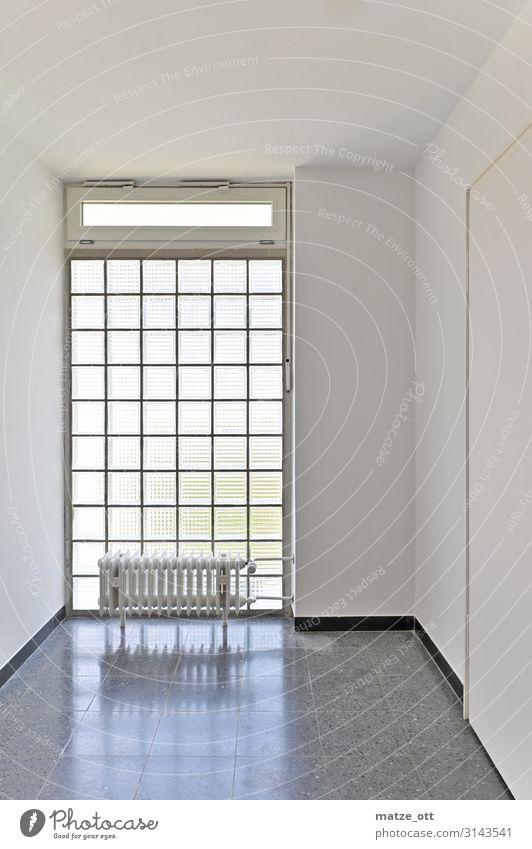 sauber, hell und weiß Haus Einfamilienhaus Mauer Wand Tür einfach ruhig Design kalt durchsichtig Architektur Heizung Fenster Fliesen u. Kacheln Quadrat