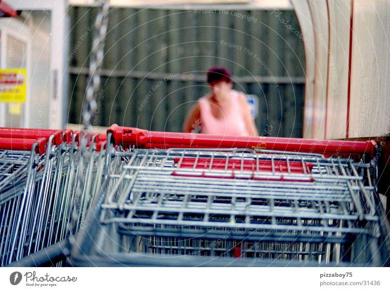 saturday shoppette Frau kaufen Ladengeschäft Supermarkt Konsum Einkaufswagen
