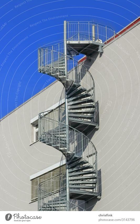 Wendeltreppe an Hauswand Industrieanlage Bauwerk Gebäude Architektur Mauer Wand Treppe Dach Beton Glas sportlich blau grau Vertrauen Spirale Fluchtweg Farbfoto