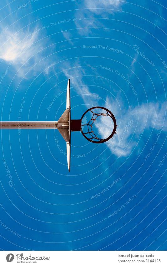 Basketballkorb und blauer Himmel auf der Straße Reifen Korb Kreis Eisenkette Netz Tennisnetz Sport Sportgerät Spielen alt Park Spielplatz Außenaufnahme
