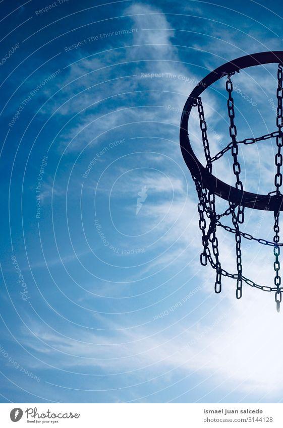 Basketballkorb und blauer Himmel Reifen Korb Kreis Eisenkette Netz Sport Sportgerät Spielen alt Straße Park Spielplatz Außenaufnahme sehr wenige