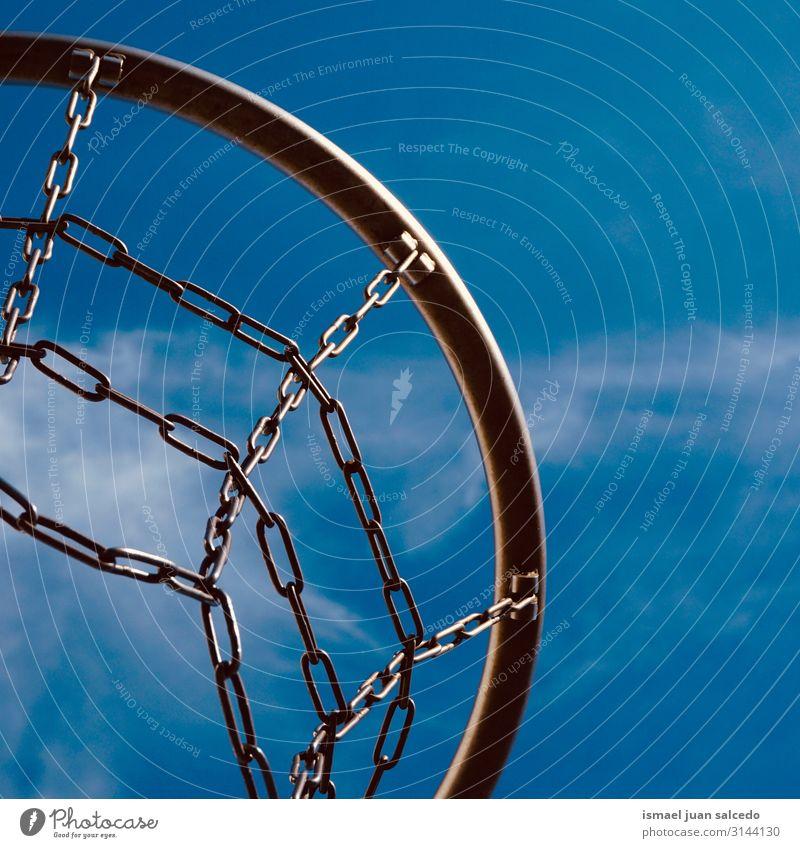 Basketballkorb und blauer Himmel auf der Straße Reifen Korb Kreis Kette Eisenkette Netz Tennisnetz Sport Sportgerät Spielen alt Park Spielplatz Außenaufnahme