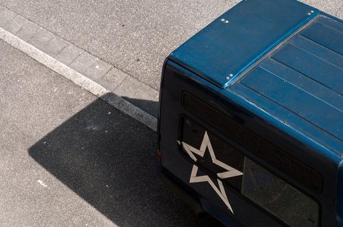 Transporter Straße Vogelperspektive Tageslicht Mobilität logistik schwarz Stern (Symbol) Schatten parken