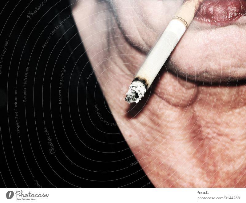 Zigarette Mensch feminin Frau Erwachsene Mund 45-60 Jahre Rauchen alt hässlich verrückt trashig rot schwarz selbstbewußt Genusssucht Sucht Hautfalten Farbfoto
