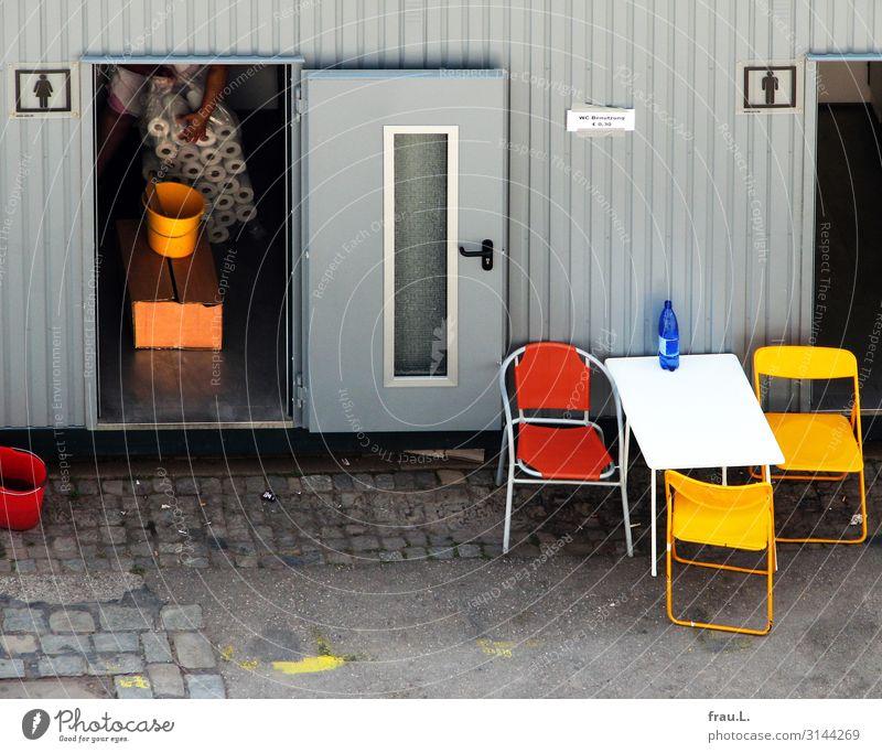 Papier Mensch Frau Erwachsene Hand 1 30-45 Jahre Veranstaltung Klowagen tragen einfach Fröhlichkeit blau mehrfarbig gelb grau orange rot schwarz weiß