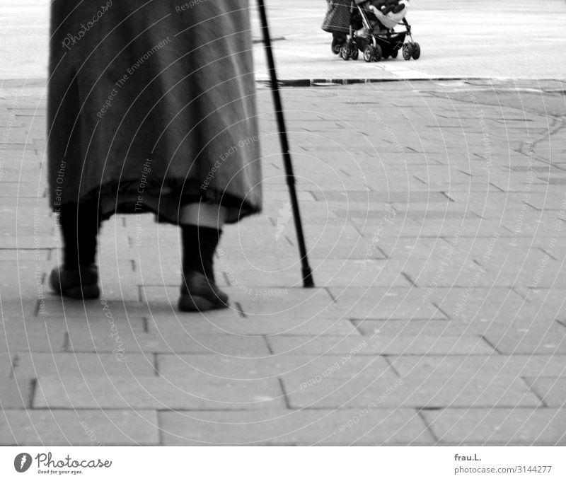 Vorwärts Mensch feminin Kind Kleinkind Junge Frau Jugendliche Erwachsene Weiblicher Senior 3 1-3 Jahre 18-30 Jahre 60 und älter Stadt Fußgänger Straßenkreuzung