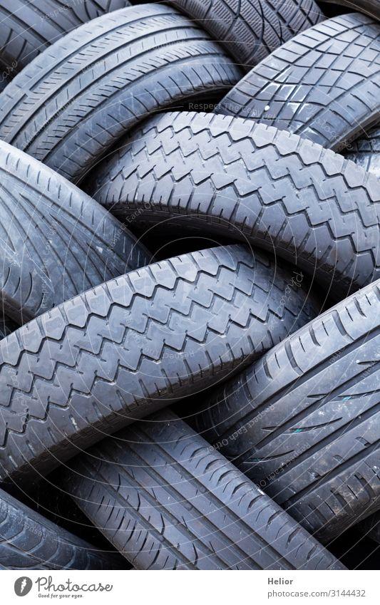 Stapel von alten abgenutzten Autoreifen Umwelt Verkehr Straßenverkehr Autofahren PKW liegen Umweltverschmutzung Umweltschutz veraltet Reifenprofil Abnutzung