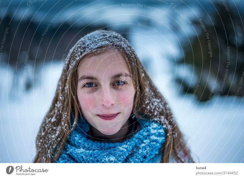 Mädchen mit verschneiten Haaren Freude Glück Zufriedenheit Freizeit & Hobby Ferien & Urlaub & Reisen Winter Schnee Kind Landschaft Wetter Schneefall Schal