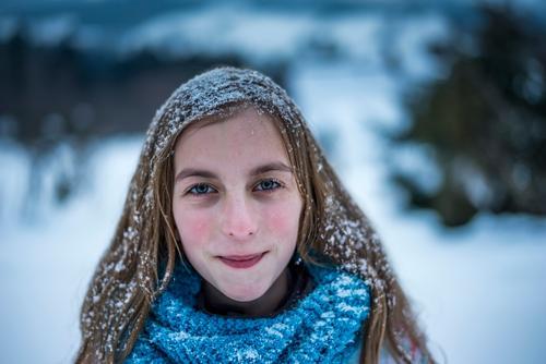 Mädchen mit verschneiten Haaren Kind Ferien & Urlaub & Reisen Landschaft Freude Winter kalt Schnee Gefühle Glück Schneefall Zufriedenheit Freizeit & Hobby