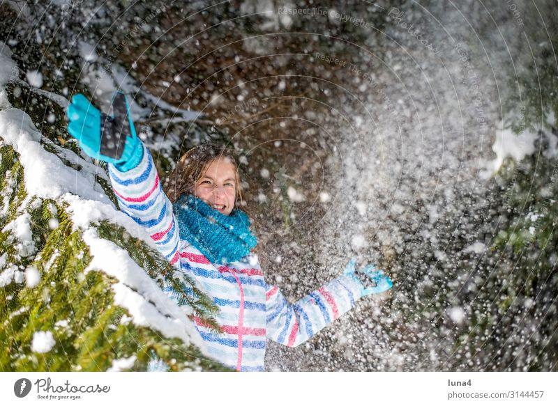 fröhliches Mädchen spielt im Schnee Kind Ferien & Urlaub & Reisen Landschaft Sonne Baum Freude Wald Winter kalt Gefühle lachen Glück Spielen Schneefall