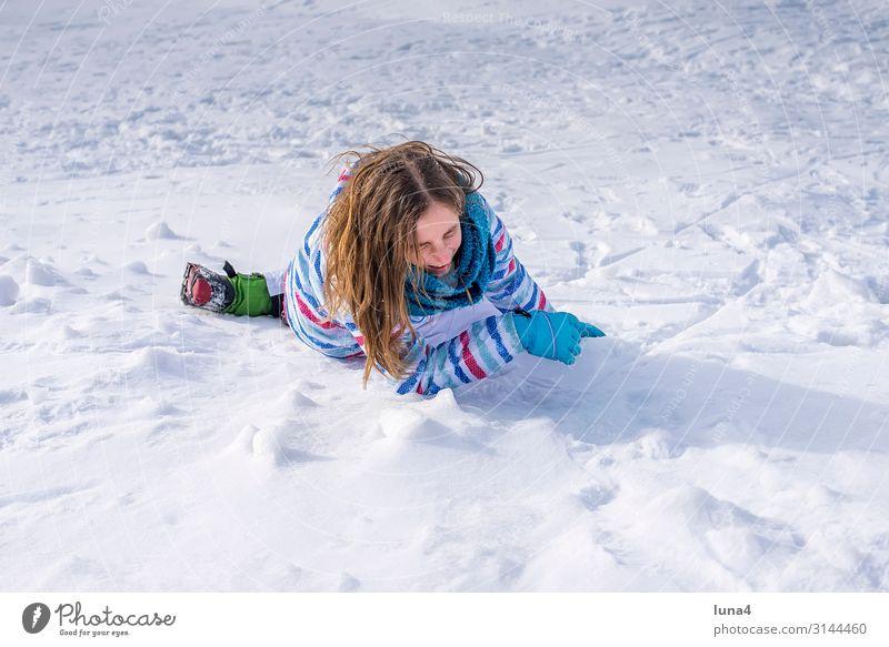 Mädchen stürzt im Schnee Freude Glück Zufriedenheit Freizeit & Hobby Ferien & Urlaub & Reisen Winter Kind Landschaft Wetter Schal lachen Fröhlichkeit kalt