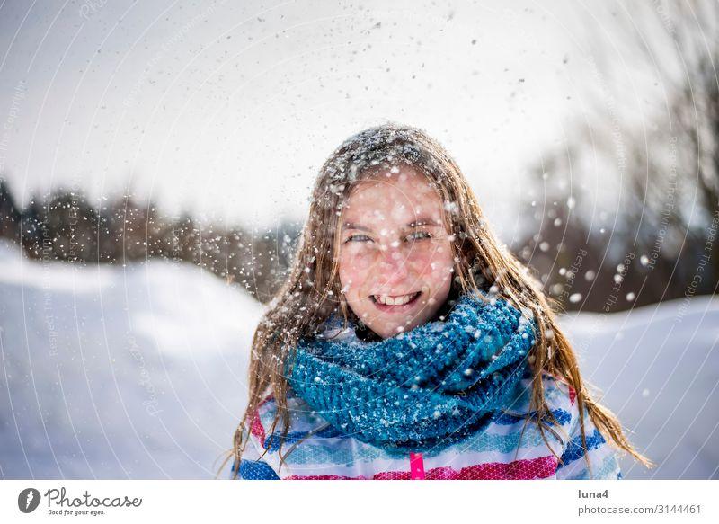 fröhliches Mädchen im Schnee Freude Glück Zufriedenheit Freizeit & Hobby Ferien & Urlaub & Reisen Winter Kind Landschaft Wetter Schneefall Schal lachen