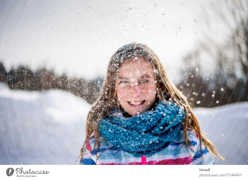 fröhliches Mädchen im Schnee Kind Ferien & Urlaub & Reisen Landschaft Freude Winter kalt Gefühle lachen Glück Schneefall Zufriedenheit Freizeit & Hobby Wetter