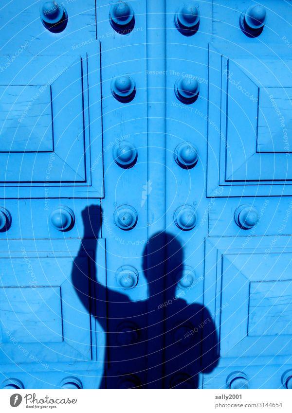 Hallo... Mensch feminin Körper 1 Haus Palast Tor Tür bedrohlich groß hoch blau träumen Verzweiflung Aggression protestieren rebellieren Überraschung klopfen