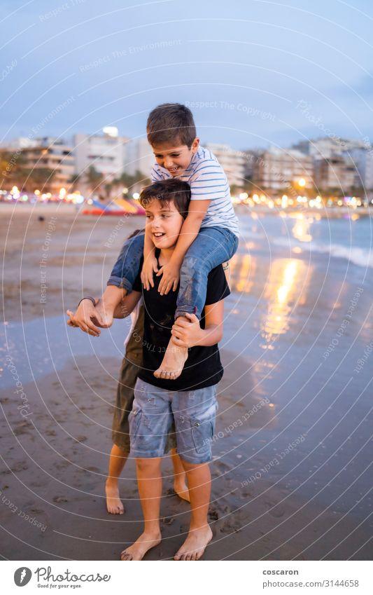 Kinder havig Spaß am Strand bei Sonnenuntergang Lifestyle Freude Glück schön Freizeit & Hobby Spielen Reiten Kinderspiel Ferien & Urlaub & Reisen Sommer Meer