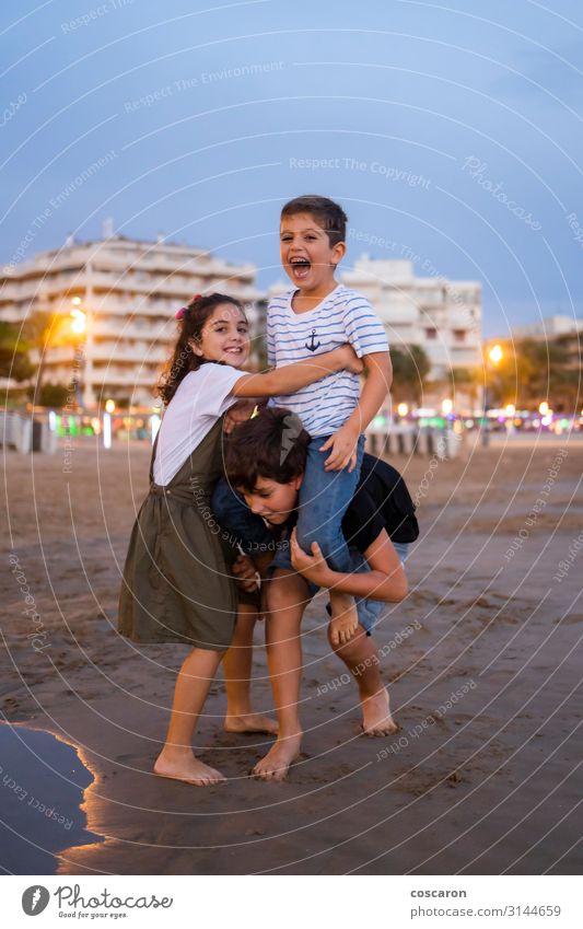 Kinder havig Spaß am Strand bei Sonnenuntergang Lifestyle Freude Glück schön Leben Freizeit & Hobby Spielen Reiten Kinderspiel Ferien & Urlaub & Reisen Sommer