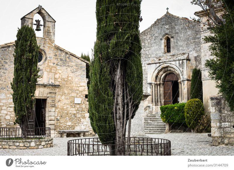Klosterhof in der Provence Baum Zypresse Frankreich Kirche Bauwerk Glockenturm Kirchenglocke Treppe Fassade Tür Hof Denken einfach historisch braun grau grün
