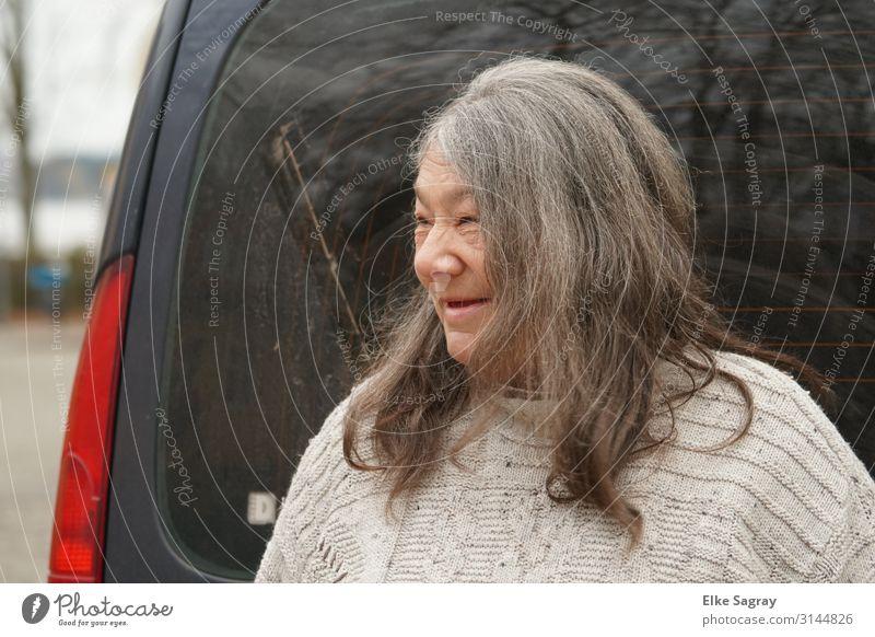 Gabi Menschen unter uns feminin Weiblicher Senior Frau 1 60 und älter Lächeln lachen Freundlichkeit Fröhlichkeit Zufriedenheit gehorsam Armut Farbfoto