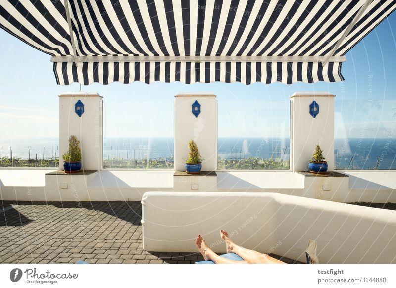 liegen Ferien & Urlaub & Reisen Sommerurlaub Insel feminin Beine 1 Mensch Umwelt Meer Dorf Mauer Wand genießen lesen maritim Optimismus Warmherzigkeit Erholung