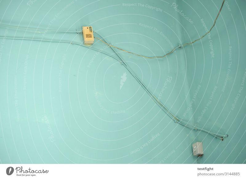 kabel Technik & Technologie High-Tech Telekommunikation Informationstechnologie Energiewirtschaft alt Kabel verlegen grün türkis Wand Raum Innenaufnahme