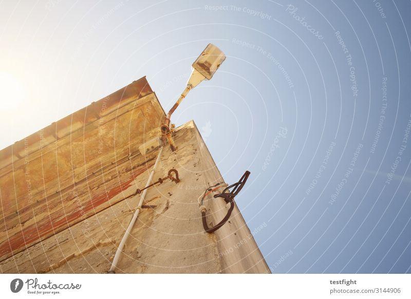leuchte Bauwerk Gebäude Architektur Mauer Wand alt Kabel Beleuchtung Licht Laterne Putz Verfall Himmel Farbfoto Außenaufnahme Textfreiraum rechts Sonnenlicht