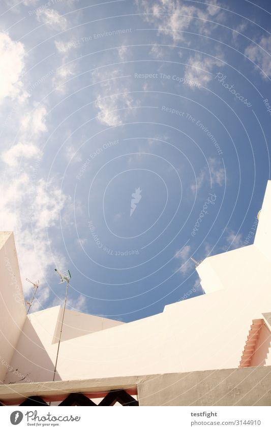oben Haus Bauwerk Gebäude Architektur Fassade Balkon Terrasse liegen Himmel Wolken blau hell Farbfoto Textfreiraum Mitte Licht Schatten Kontrast Blick nach oben