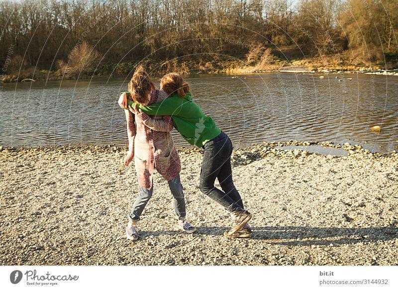 Zwei Teenager kämpfen am Wasser Spielen Kampfsport Kindererziehung Mensch feminin Junge Frau Jugendliche Geschwister Schwester Familie & Verwandtschaft