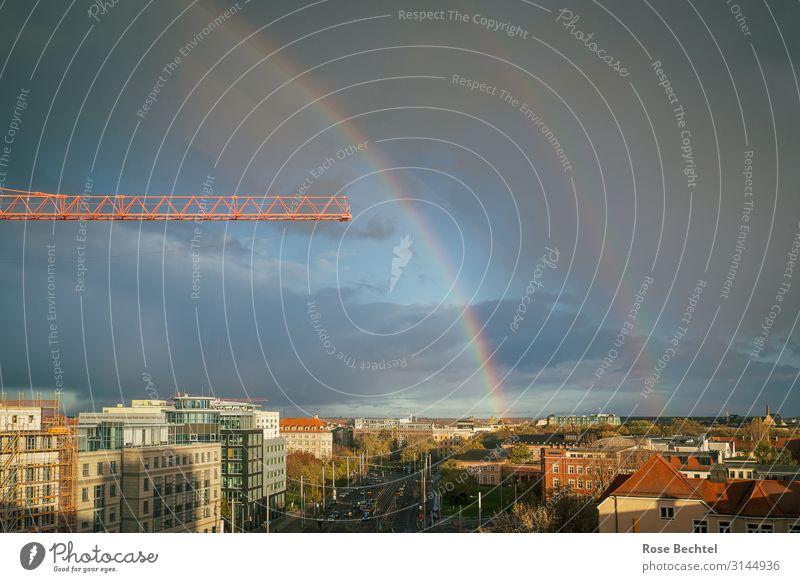 Regenbogen mit Kran blau Stadt Haus Herbst orange Häusliches Leben Skyline Leipzig bauen schlechtes Wetter Gewitterwolken Baukran