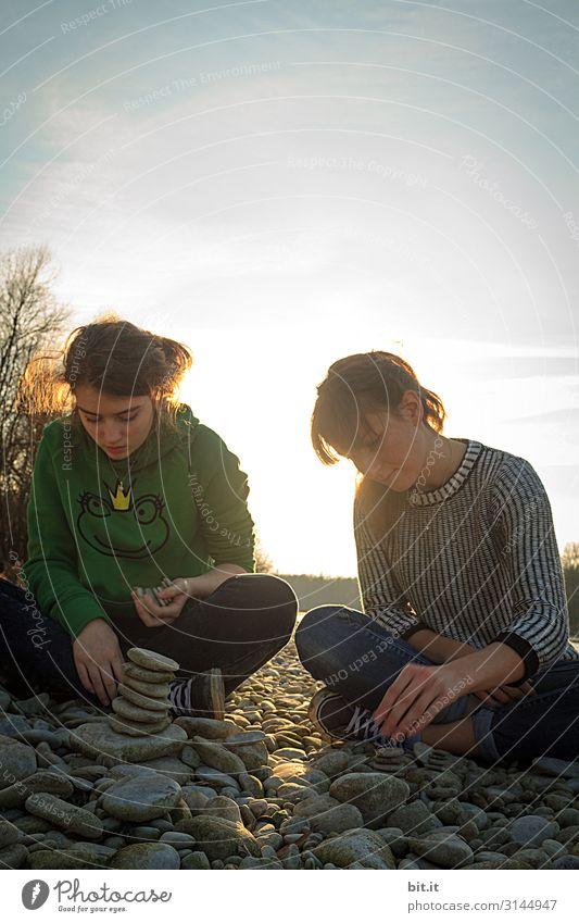 Zwei weibliche Teenager, bauen Steinmännchen, in der Natur Freizeit & Hobby Mensch feminin Mädchen Junge Frau Jugendliche Geschwister Schwester