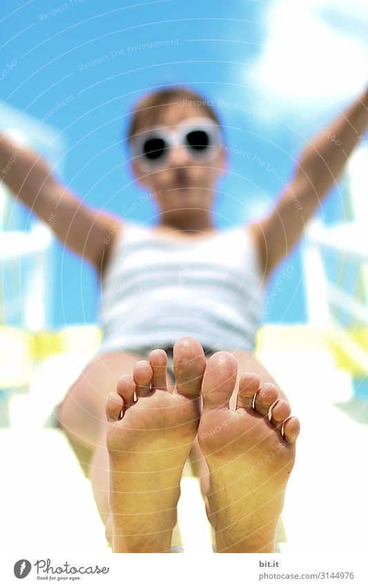 Unscharf l bis auf die Füße Mensch feminin Mädchen Kindheit Freude Glück Fröhlichkeit Zufriedenheit Lebensfreude Rutsche Ganzkörperaufnahme Vorderansicht